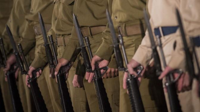 חיילים בטקס הזיכרון לחללי מערכות ישראל בכותל המערבי בירושלים, 10.5.16 (צילום: הדס פרוש)