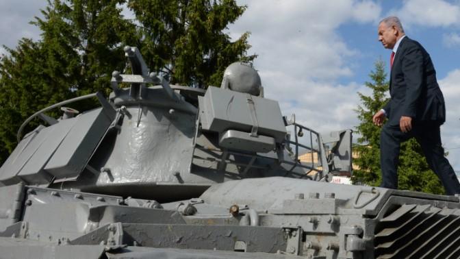 """ראש הממשלה בנימין נתניהו מטפס על טנק, רוסיה, 8.6.16 (צילום: חיים צח, לע""""מ)"""