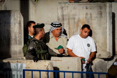 פלסטינים עוברים במחסום ליד בית-לחם, 10.6.2016 (צילום: ויסאם השלמון)