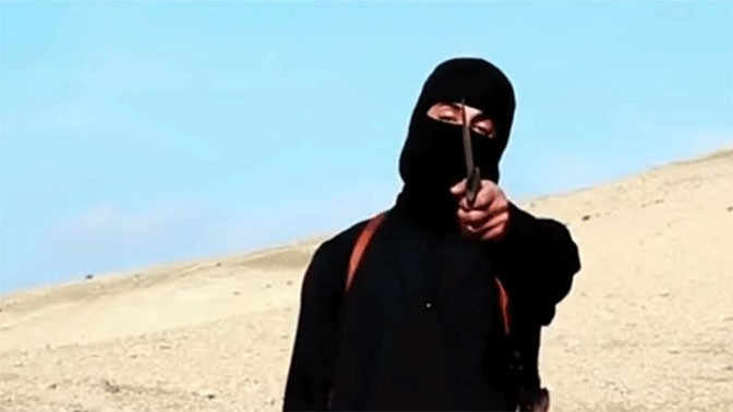 """טרוריסט של דאע""""ש בסרטון עריפה שהופץ לתקשורת (צילום מסך)"""