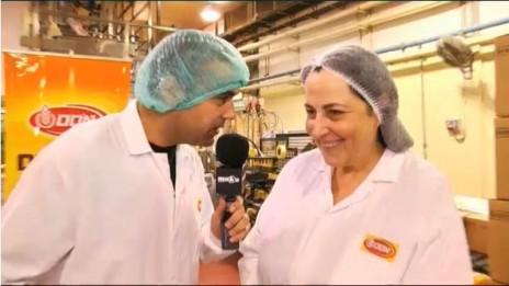 """משתתף ב""""מאסטר שף"""" מבקר במפעל של אוסם (צילום מסך מתוך סרטון באתר mako)"""