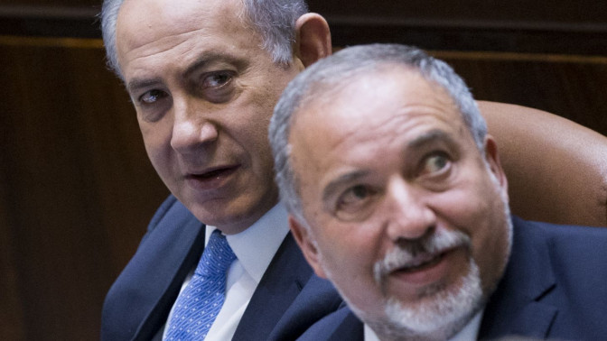 בנימין נתניהו ואביגדור ליברמן במליאת הכנסת, יוני 2016 (צילום: יונתן זינדל)