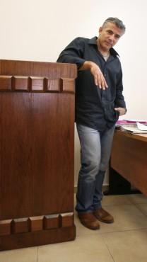 יאיר לפיד לפני מתן עדותו במשפט הדיבה של חננאל דיין. 9.9.08 (צילום: מיכל פתאל)