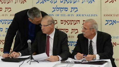 מימין: עורכי הדין יעקב בורובסקי ודוד שמרון עם היחצן ניר חפץ, במסיבת העיתונאים בה תקפו את מני נפתלי, 17.2.15 (צילום: בן קלמר)