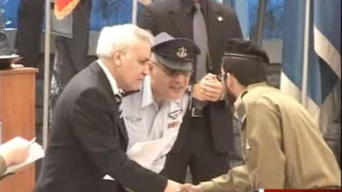 """חננאל דיין מסרב ללחוץ את ידו של הרמטכ""""ל דן חלוץ בטקס קבלת אות הצטיינות, 2006 (צילום מסך מתוך חדשות ערוץ 2)"""
