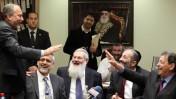 בנימין (פואד) בן-אליעזר (מימין) ואביגדור ליברמן (משמאל) במסיבת יום ההולדת של אריה דרעי (שני מימין) בכנסת, 18.2.13 (צילום: פלאש 90)