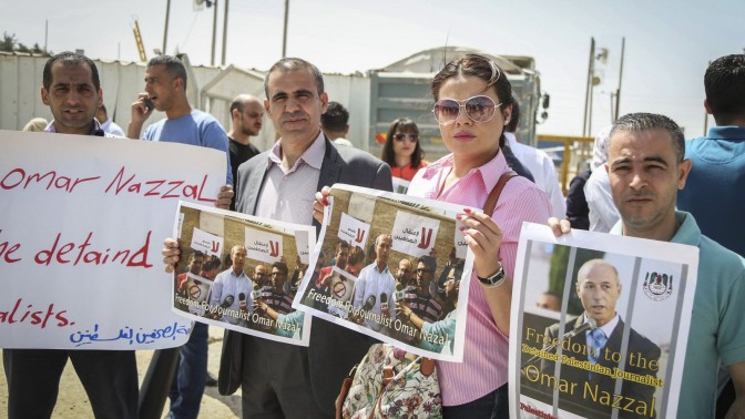 Palestinian journalists protest calling for the release of Palestinian journalist Omar Nazal. 26.4.16 (Photo by Flash90)