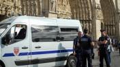 שוטרים צרפתים מחוץ לקתדרלת נוטרה-דאם בפריז, 28.7.16 (צילום: סרג' אטאל)