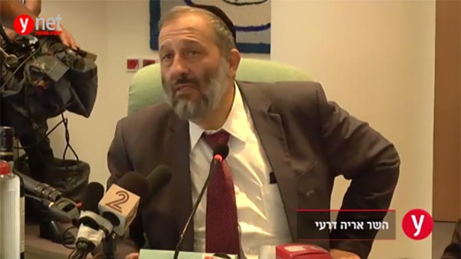 """שר הפנים אריה דרעי מודיע על השקת פרויקט הכיתות המקוונות מבית """"ידיעות אחרונות"""", צילום מסך מתוך סרטון באתר ynet"""