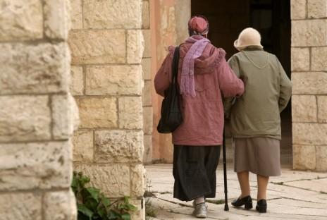 אישה מסייעת לקשישה, ירושלים 2012 (צילום: יוסי זמיר)