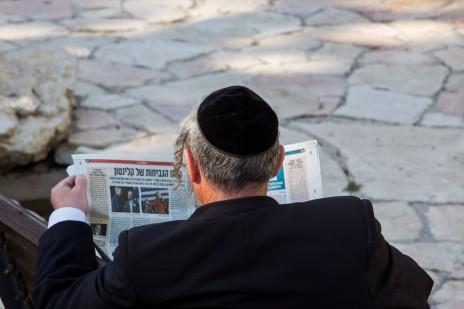 ישראלי קורא עיתון מסוים, ירושלים, פברואר 2106 (צילום: נתי שוחט)