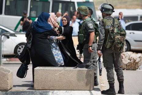 מחסום קלנדיה, לאחר שפלסטינית זרקה סכין לעבר חיילים ונורתה למוות עם אחיה, אפריל 2016 (צילום: יונתן זינדל)