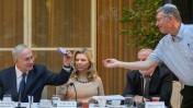 """אבשלום קור מגיש לבנימין נתניהו כיפה בפתח """"חוג התנ""""ך"""" במעון ראש הממשלה, 13.10.16 (צילום: מארק ישראל סלם)"""