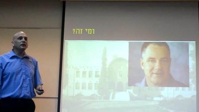 פרופ' ברק פישביין עורך היכרות בין התלמידים והטייקון עידן עופר (צילום מסך מתוך ערוץ היוטיוב Sensing the Air)
