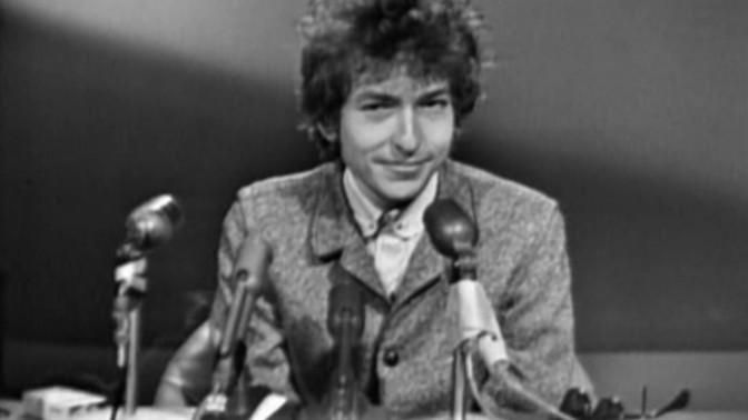 """בוב דילן במסיבת עיתונאים בסן-פרנסיסקו, דצמבר 1965 (צילום מסך מתוך הסרט התיעודי """"No Direction Home"""")"""