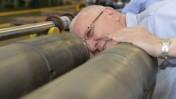 """נשיא מדינת ישראל, ראובן ריבלין, בוחן את התוצרת בעת ביקור במפעל של חברת תע""""ש. 8.9.14 (צילום: מארק ניימן, לע""""מ)"""