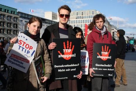"""""""היום הגלובלי למאבק ב-TTIP, CETA ו-TISA"""", , ברלין, 18.4.2015 (צילום: קורנליה ריץ', Stop TTIP; רשיון BY-SA 2.0)"""