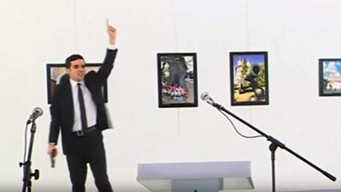 המתנקש הטורקי בשגריר הרוסי מיד לאחר הרצח (צילום מסך)