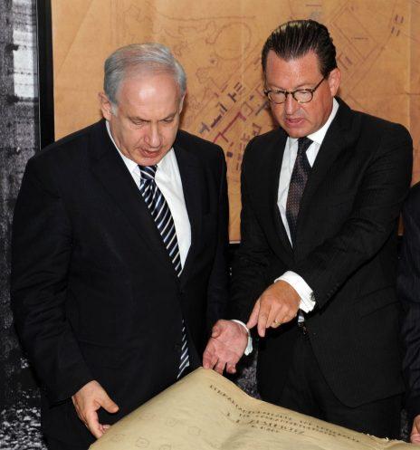 """ראש הממשלה בנימין נתניהו ומו""""ל ה""""בילד"""" קאי דיקמן במערכת ה""""בילד"""" בברלין, מעיינים בשרטוטים של מחנה אושוויץ, 2009 (צילום: גרשום בן עמוס, לע""""מ)"""