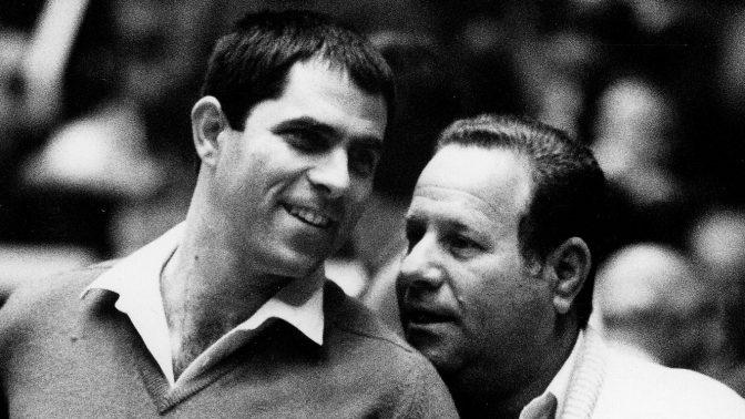 ארנון (נוני) מוזס ושמואל (שמלוק) מחרובסקי (מימין), מנהל מכבי תל-אביב במשך יותר משלושה עשורים, תאריך לא ידוע (צילום: משה שי)