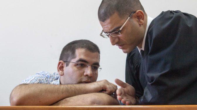 דניאל מעוז, שהורשע ברצח הוריו (יושב) משוחח עם עורך דינו דוד ברהום, 10.6.2012 (צילום: אורי לנץ)
