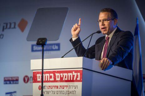 """השר גלעד ארדן נואם בכנס המאבק בחרם של קבוצת """"ידיעות אחרונות"""". ירושלים, 28.3.16 (צילום: מרים אלסטר)"""