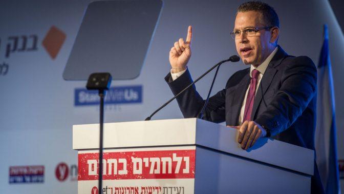 """שר ההסברה, גלעד ארדן, נואם בכנס המאבק בחרם של קבוצת """"ידיעות אחרונות"""". ירושלים, 28.3.16 (צילום: מרים אלסטר)"""