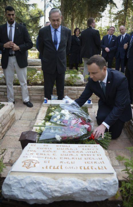 """נשיא פולין אנדז'יי דודה מניח זר על קבר יוני נתניהו כשלידו ניצב ראש ממשלת ישראל, בנימין נתניהו. הר הרצל, 17.1.17 (צילום: חיים צח, לע""""מ)"""