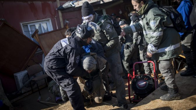 שוטרים מוציאים בכוח אנשים מבית הכנסת בעמונה, 2.2.17 (צילום: יונתן זינדל)