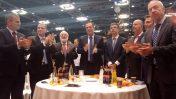 """מנהיג """"קבלה לעם"""" מיכאל לייטמן (שלישי משמאל) עם הפוליטיקאים יואב גלנט, יואל רזבוזוב, צחי הנגבי, אלי כהן, ישראל כץ, יולי אדלשטיין ויואב קיש. כנס קבלה-לעם, תל-אביב, 22.2.17 (צילום: איתמר ב""""ז)"""