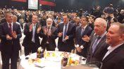 """מנהיג """"בני ברוך – קבלה לעם"""" מיכאל לייטמן עם פוליטיקאים בכירים. מימין: גלעד שדמון (מבכירי """"קבלה לעם""""), השר יואב גלנט, חבר-הכנסת יואל רזבוזוב והשר צחי הנגבי (מוסתרים), השרים אלי כהן וישראל כץ, לייטמן, יו""""ר הכנסת יולי אדלשטיין וחבר-הכנסת יואב קיש. כנס קבלה-לעם, תל-אביב, 22.2.17 (צילום: איתמר ב""""ז)"""