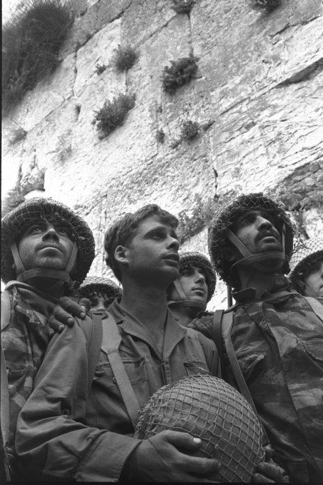 """צנחנים ליד הכותל המערבי בירושלים, לאחר שחרור העיר העתיקה במלחמת ששת הימים, 7.6.1967 (צילום: דוד רובינגר, לע""""מ)"""
