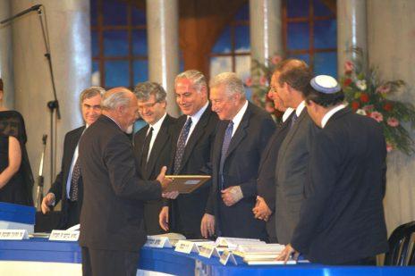 """דוד רובינגר מקבל את פרס ישראל מהנשיא עזר ויצמן, 12.5.1997 (צילום: עמוס בן-גרשום, לע""""מ)"""
