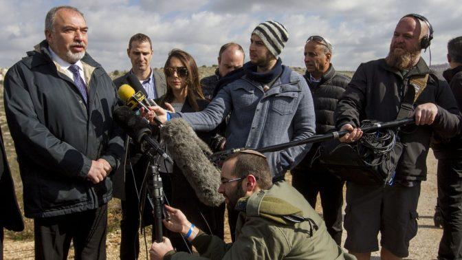 שר הביטחון, אביגדור ליברמן, מוסר הצהרה לתקשורת. אריאל, 1.2.17 (צילום: פלאש 90)