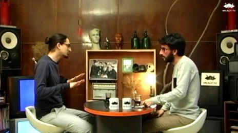 """שוקי טאוסיג מראיין את איתמר ב""""ז באולפן """"החללית"""", 2016 (צילום מסך)"""