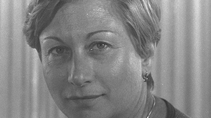 """העיתונאית שרה פרנקל בתקופה שהיתה כתבת המפלגות של קול-ישראל, 1.7.1977 (צילום: יעקב סער, לע""""מ)"""