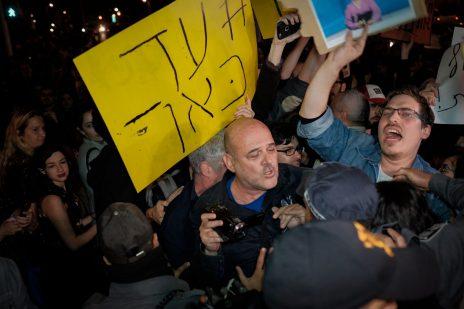 דורון צברי נדחף על-ידי שוטר בהפגנת עובדי תאגיד השידור הציבורי. תל-אביב, 1.4.17 (צילום: תומר נויברג)