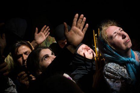 נוצרים לוקחים חלק בטקס מיסטי. כנסיית הקבר, ירושלים, 15.4.17 (צילום: הדס פרוש)