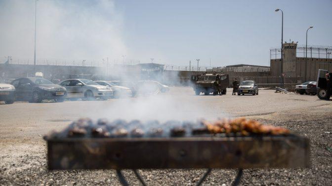 מנגל מעלה עשן מחוץ לכלא עופר, שהוצב כחלק ממשמרת מחאה של פעילי ימין בעקבות שביתת הרעב שבה פתחו אסירים פלסטינים. 20.4.17 (צילום: הדס פרוש)