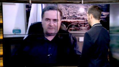 """שר התחבורה, ישראל כץ, בראיון ממומן בתוכנית """"חי בלילה"""", 2014. מימין: המנחה, נדב בורנשטיין (צילום מסך)"""