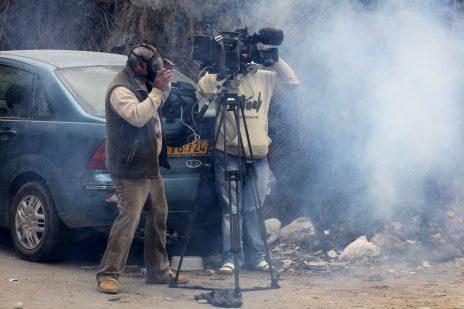 צוות שידור מצלם התפרעויות ביום הנכבה בקלנדיה. 15.5.11 (צילום: נתי שוחט)
