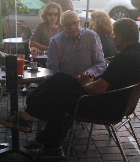 """נוחי דנקנר (משמאל) וצביקה לבנת, תל-אביב, 25.5.17 (צילום: """"העין השביעית"""")"""