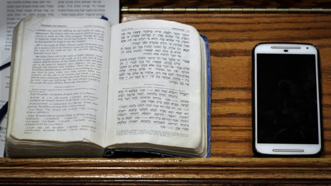 סמארטפון בבית-הכנסת. ניו-יורק, 2016 (צילום: סרז' אטאל)