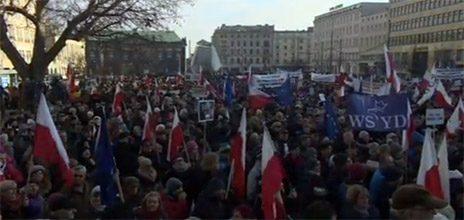 מחאה נגד התערבות ממשלתית בעיתונות, מול אולפני השידור הציבורי בוורשה, ינואר 2016 (צילום מסך)