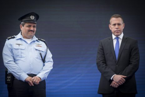"""השר לביטחון פנים גלעד ארדן עם מפכ""""ל המשטרה רוני אלשיך (צילום: יונתן זינדל)"""