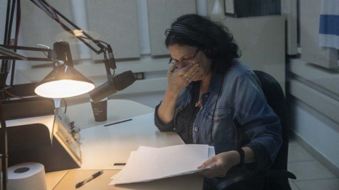אילנה השכל משדרת את המשדר האחרון של קול-ישראל, 10.5.2017 (צילום: נעם ריבקין-פנטון)