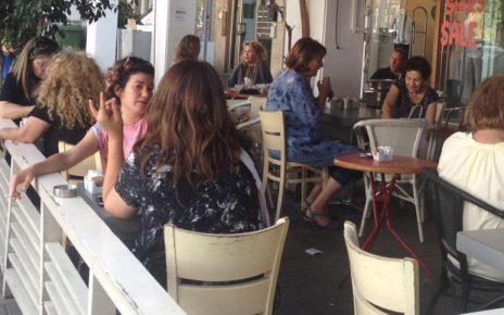 """נוחי דנקנר (מימין מאחור) ודפני ליף (משמאל מקדימה, בגבה למצלמה), תל-אביב, 25.5.17 (צילום: """"העין השביעית"""")"""