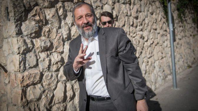 השר אריה דרעי סמוך לביתו בירושלים, 29.5.17 (צילום: יונתן זינדל)