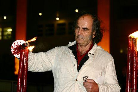 גדעון ספירו מדליק משואה אלטרנטיבית של יש-גבול, 2006 (צילום: יאיר גיל)