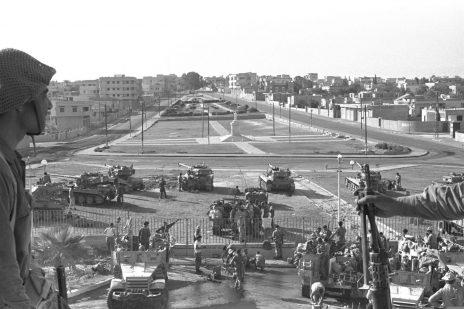 """חיילים ישראלים בפאתי עזה במלחמת ששת הימים. 6.6.1967 (צילום: משה מילנר, לע""""מ)"""